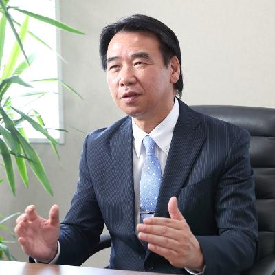 オリジン東秀株式会社の経営者沢村弘也氏の顔写真