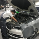 Foto von BMW Group, fixing some oil leak from engine