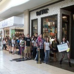photo de l'entreprise Hot Topic, Inc., Customers lining up to check out a band about to play in the store